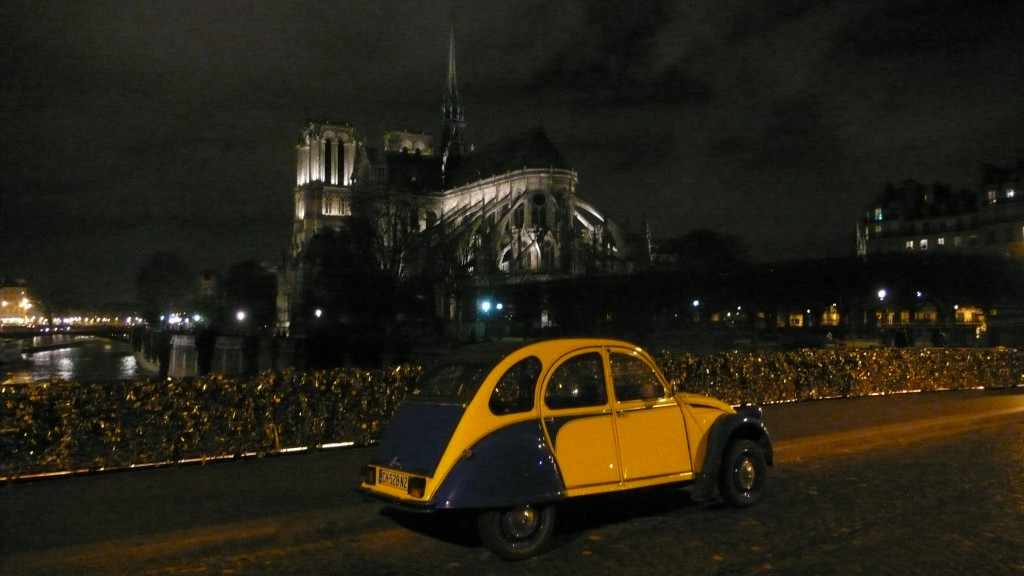2CV Paris Tour : Visit Paris by 2CV! The back of Notre Dame by Night