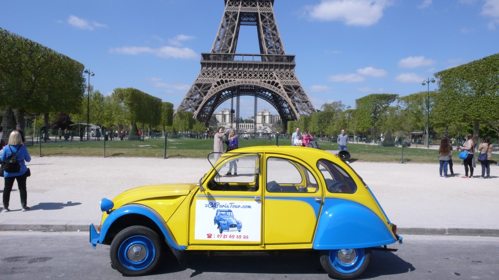 2CV Paris Tour : Visit Paris by 2CV! Eglantine has some rest