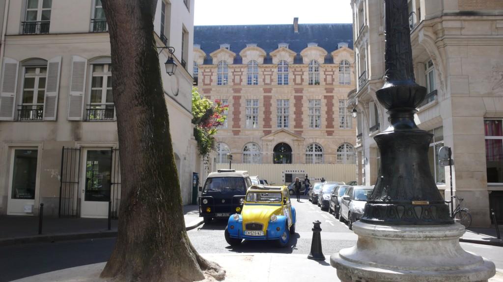 2CV Paris Tour : Visit Paris by 2CV! Entering Place Furstenberg
