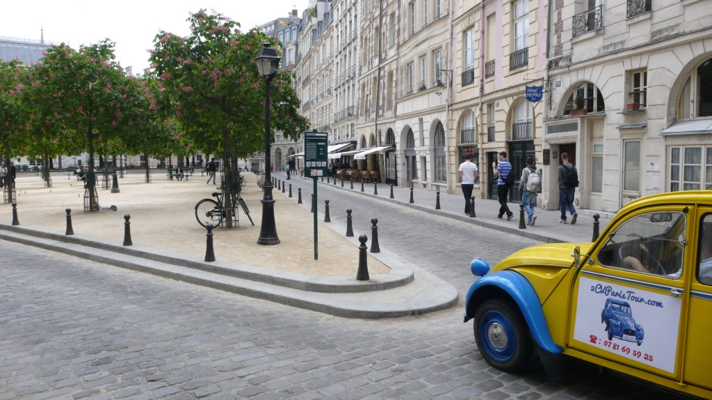2CV Paris Tour - Visit Paris by 2CV! Place Dauphine : Left or Right?