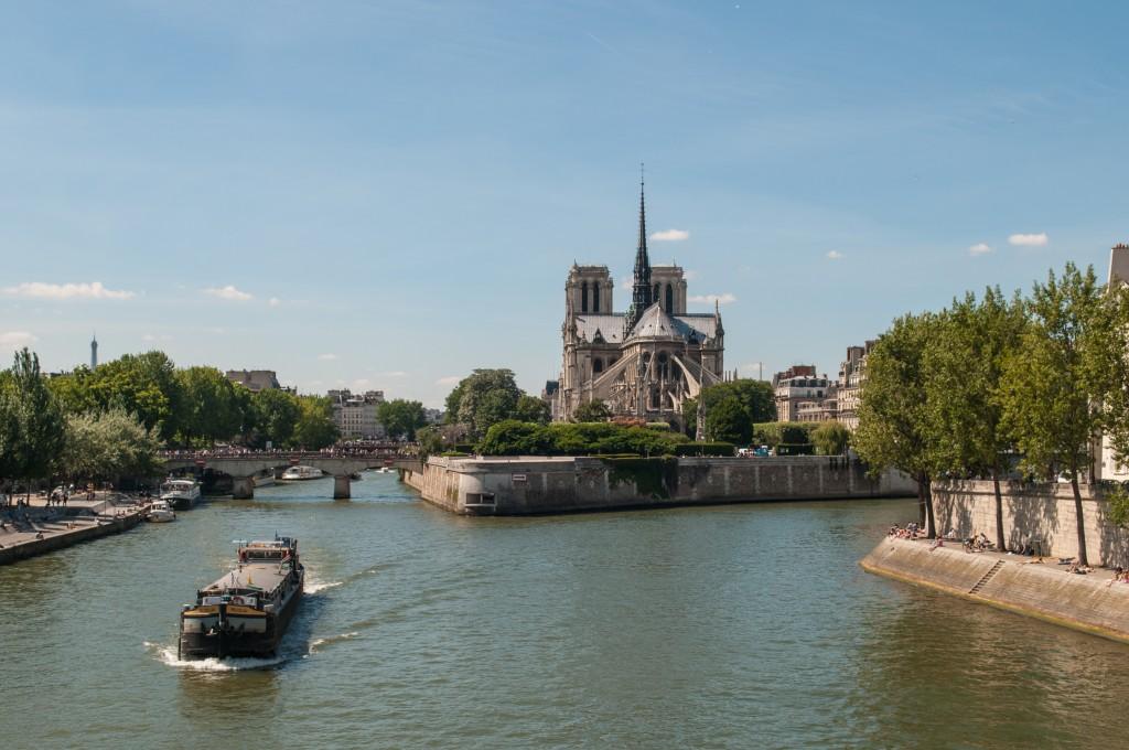 2CV Paris Tour : Visit Paris by 2CV! The Ile de la Cité