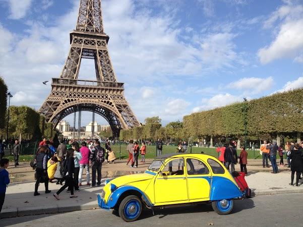 2CV Paris Tour : Visit Paris by 2CV! The Eiffel tower in background