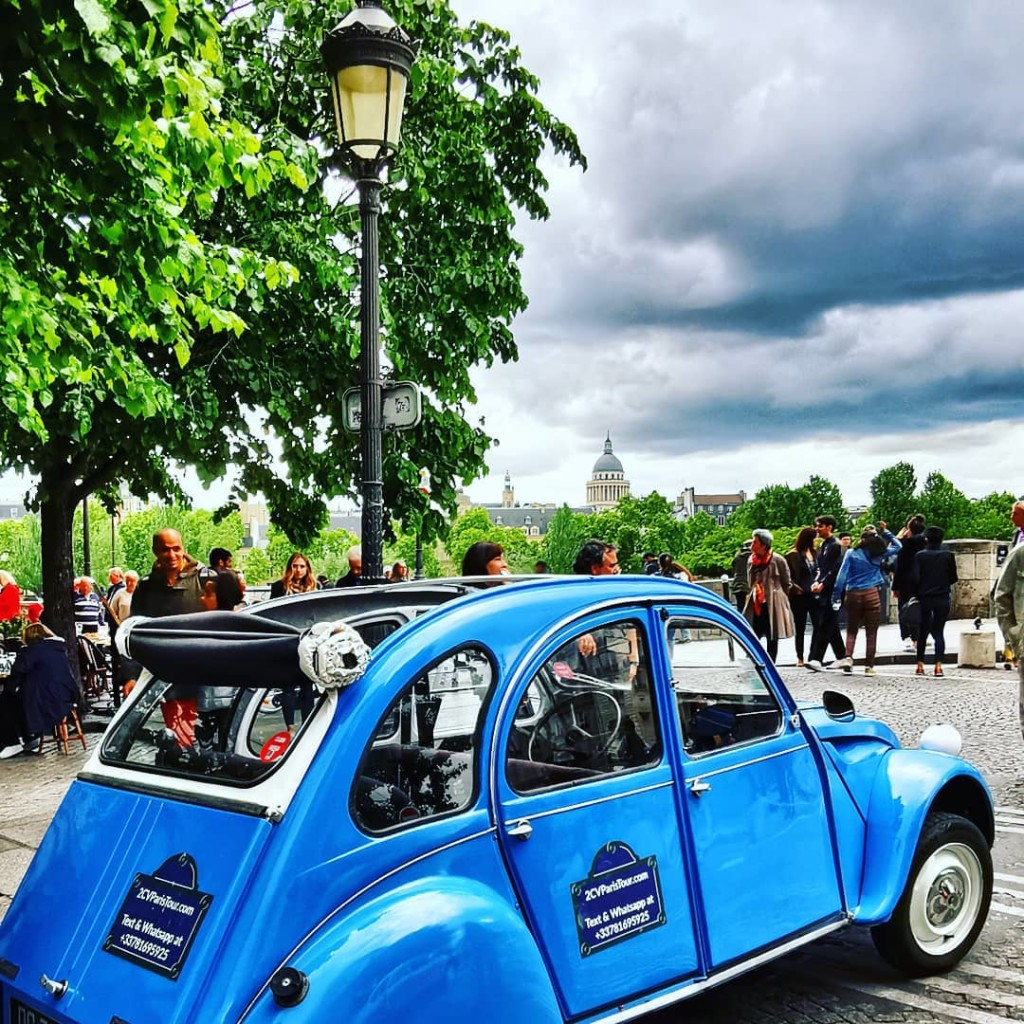 2CVParisTour-Ile-Saint-Louis-Blue-2CV