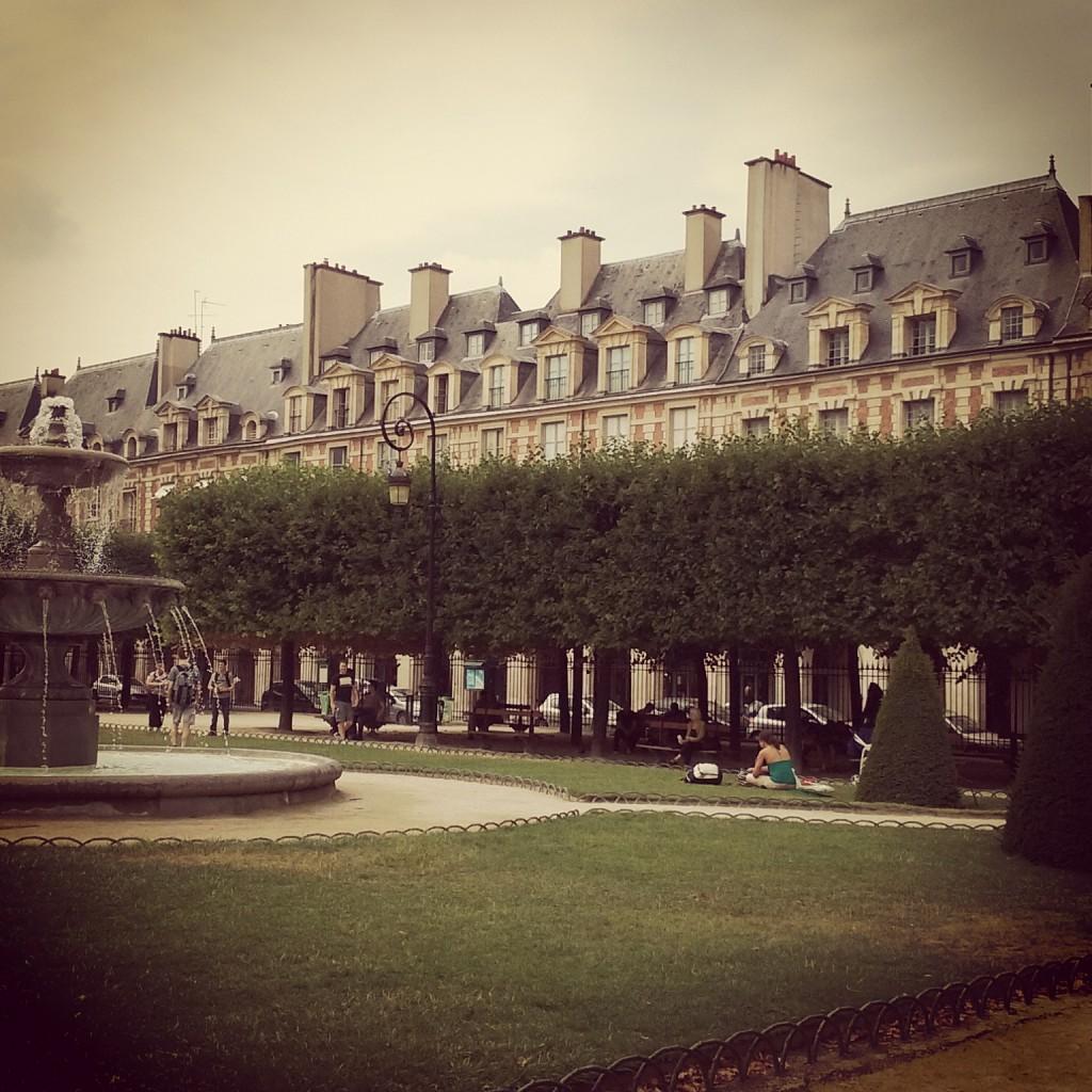 2CVParisTour - Place des Vosges