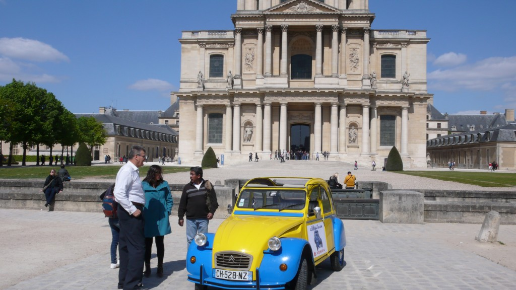 2CV Paris Tour : Visit Paris by 2CV! Eglantine and people in front of the Invalides