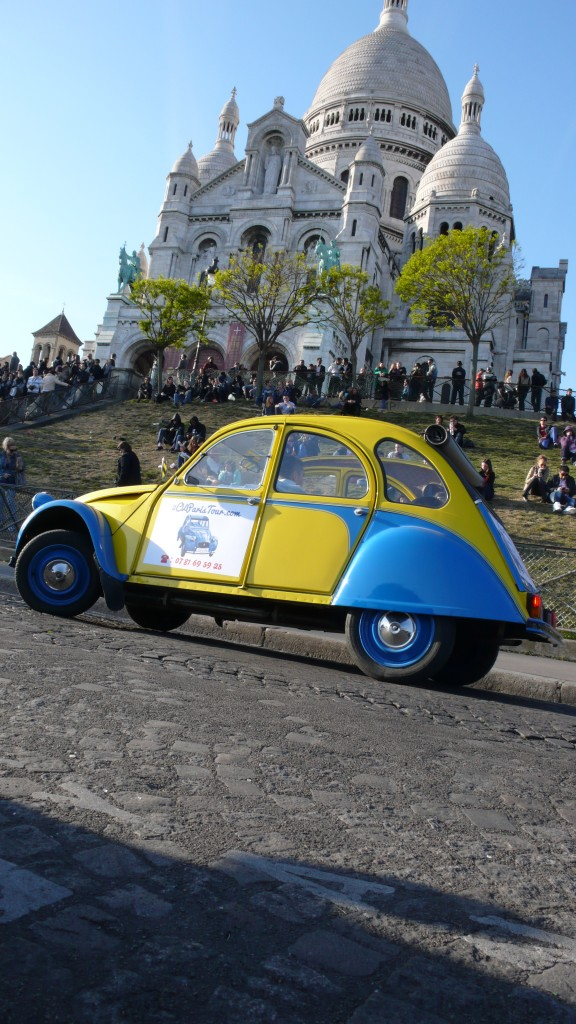 2CV Paris Tour : Visit Paris by 2CV! The 2CV in front of the Sacré Coeur