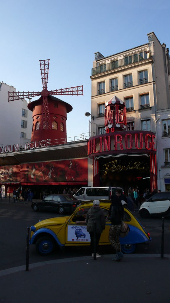 2CV Paris Tour - Visit Paris by 2CV! In front of the Moulin Rouge