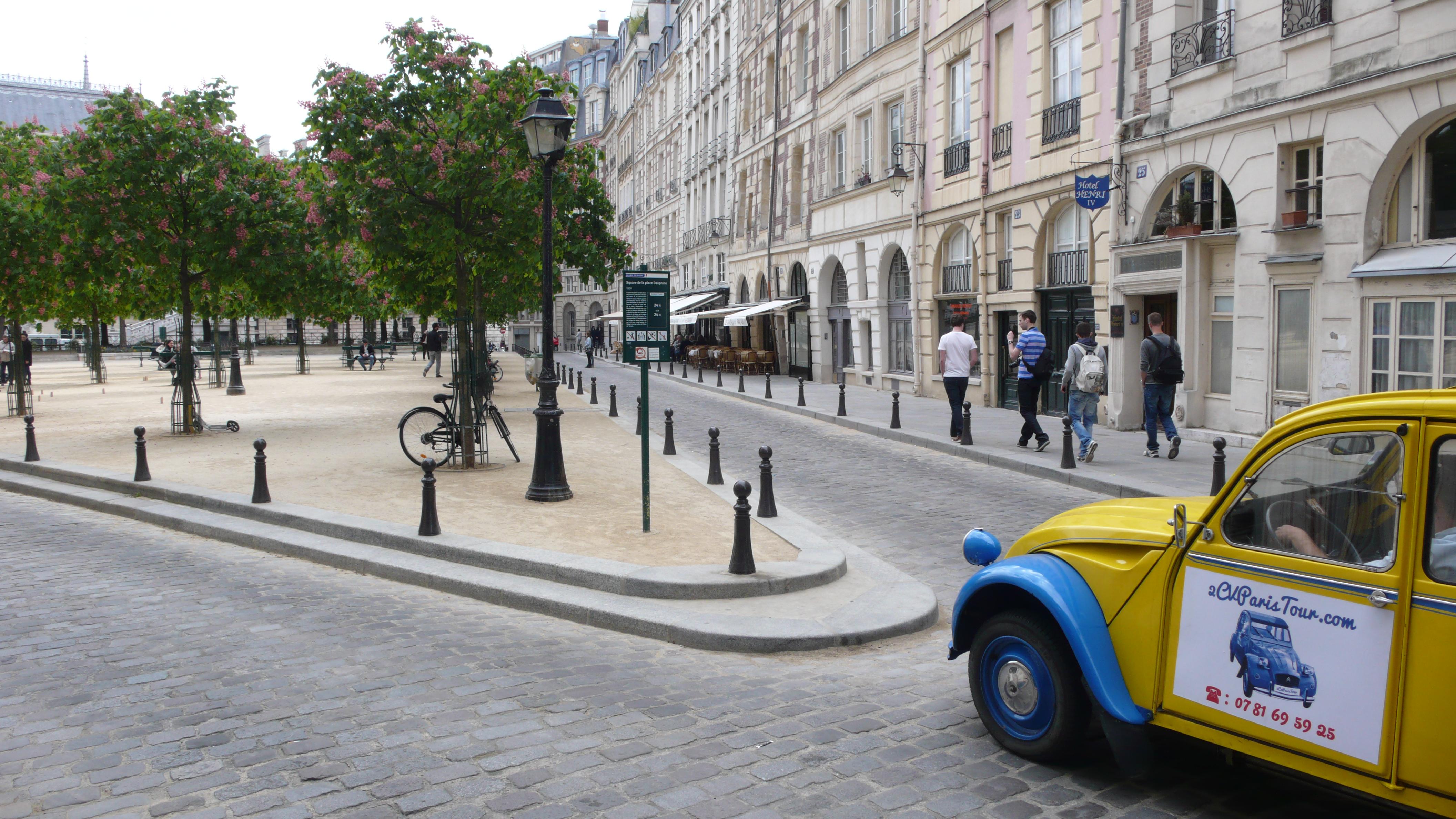 2cv paris tour visit paris by 2cv place dauphine left or right. Black Bedroom Furniture Sets. Home Design Ideas